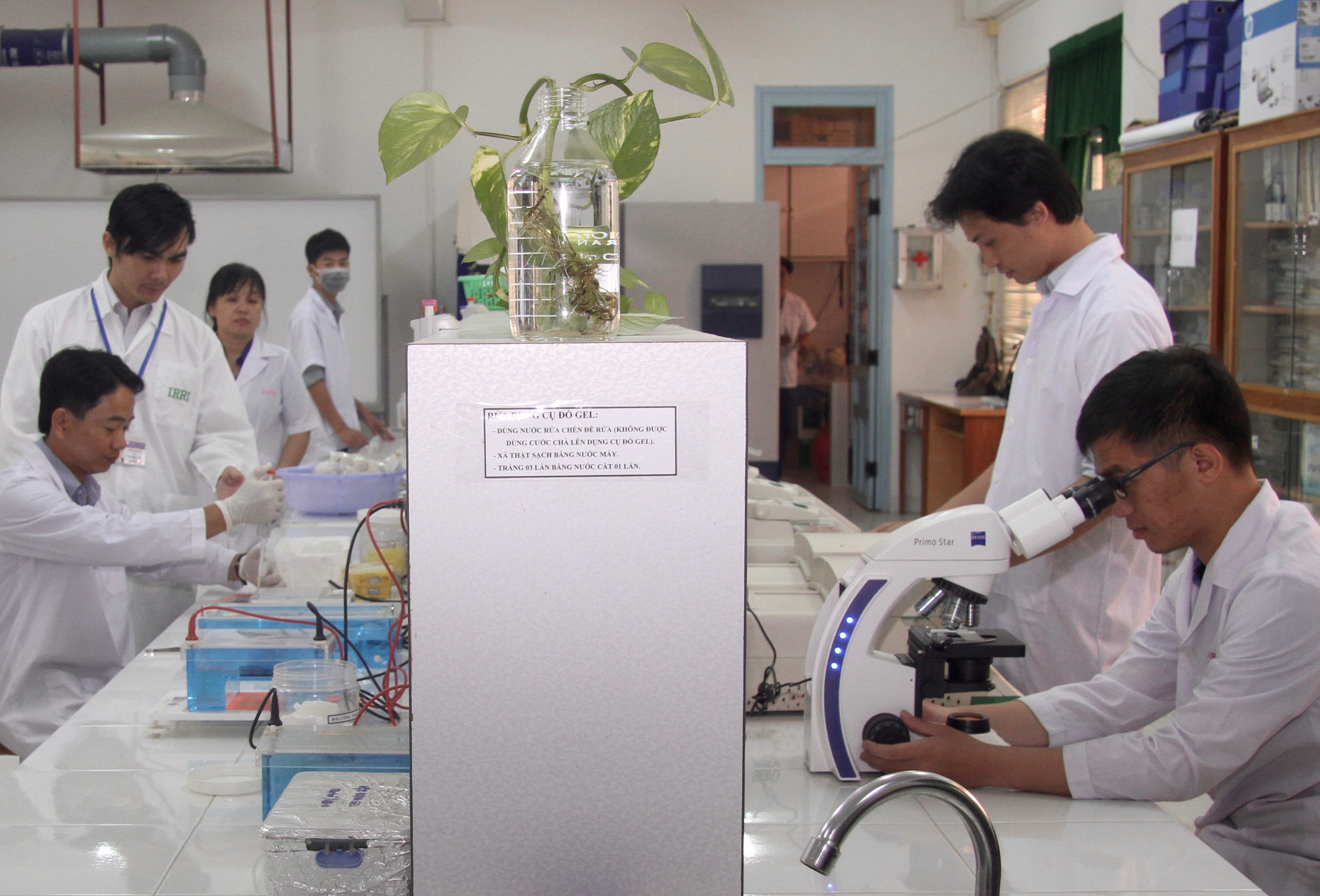 Khoa in the lab with students
