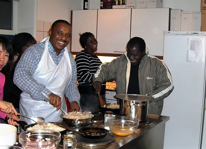 Omar Mwalim created a professional network of good friends and colleagues and they still keep in veOmar Mwalim created a professional network of good friends and colleagues and they still keep in very close contact. Here he is preparing dinner with colleagues at the Danida Fellowship Centre. Here he is preparing dinner with colleagues at the Danida Fellowship Centre.